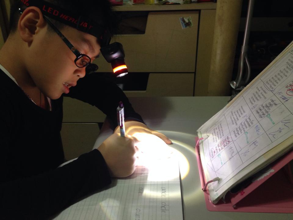 利用光線的對比,提醒孩子應該專注的目標