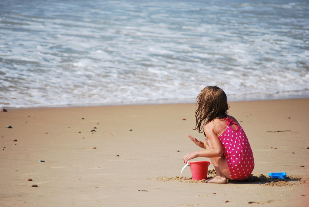 Child_playing_in_the_sand_at_Misquamicut_Beach
